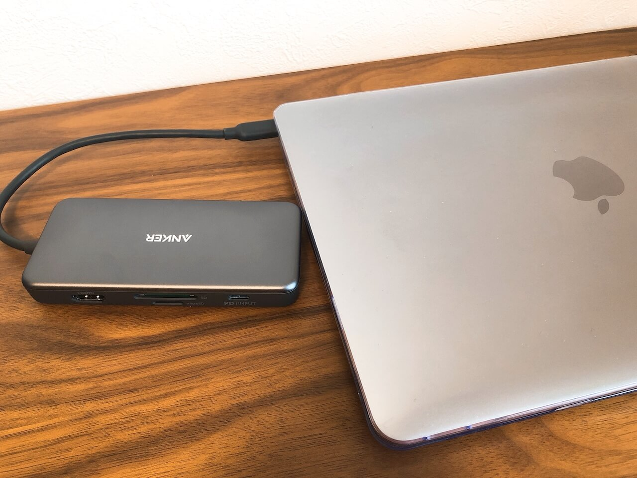 AnkerのハブとMacbookを接続したところの写真です。
