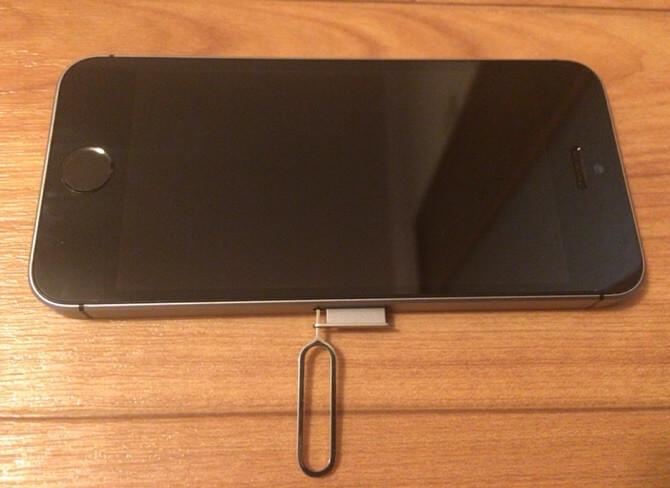 iPhoneのSIMカードを取り出すところです。