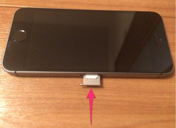 トレイに乗せたSIMカードをiPhoneに挿入します。