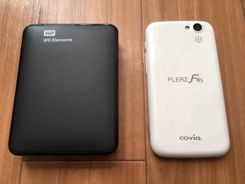 HDD本体とスマホ(iPhoneSEと同等サイズ)と比較 その1の写真です。