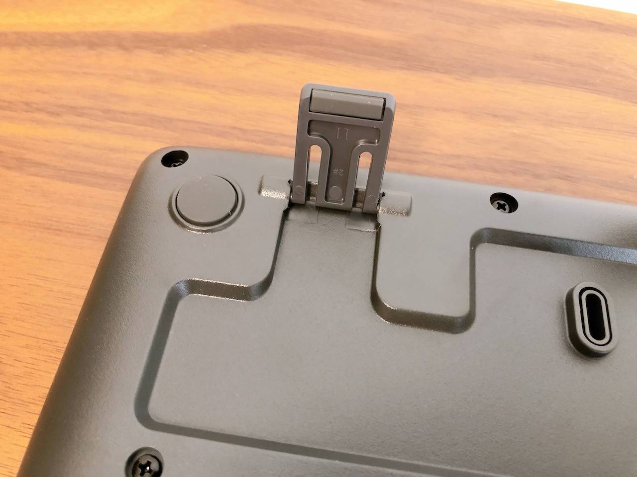 「ロジクール キーボードK275」の裏側の写真です。キーボードの角度調整ができます。