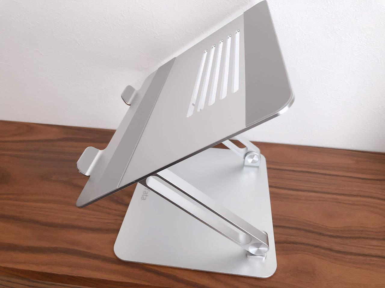 BoYataのラップトップスタンドを設置したところの写真です。