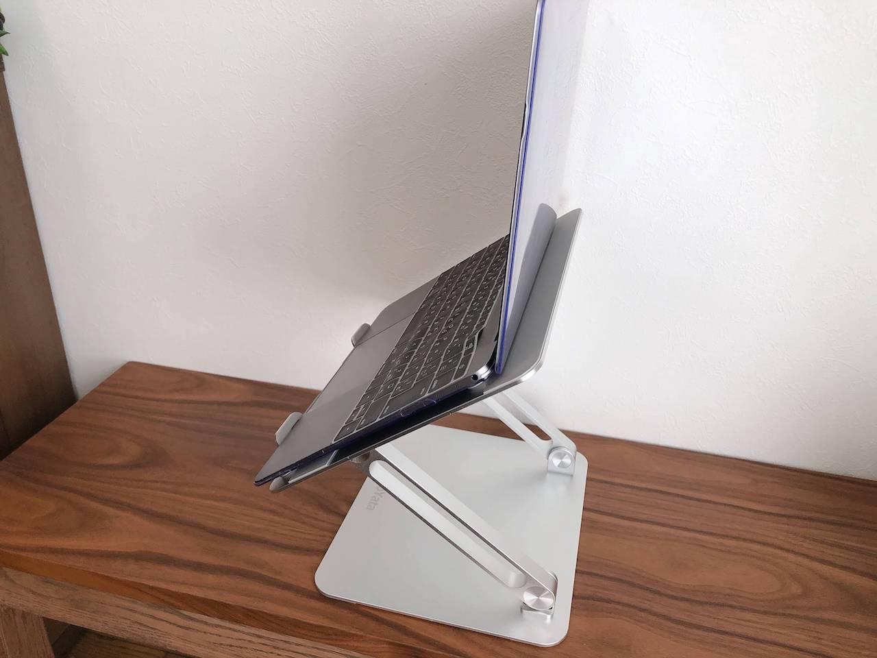 BoYataのラップトップスタンドにノートPCを置き、目線の高さに合わせて設置したところの写真です。