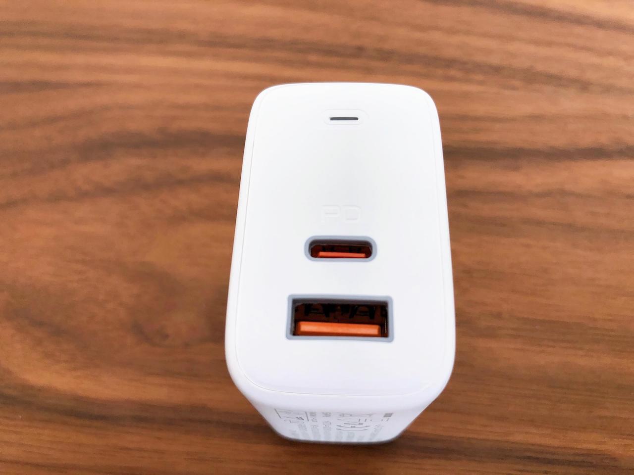 Aukey「65W Omnia USB充電器 PA-B3」にはUSB-CとUSB-Aポートが1ずつ付いています。
