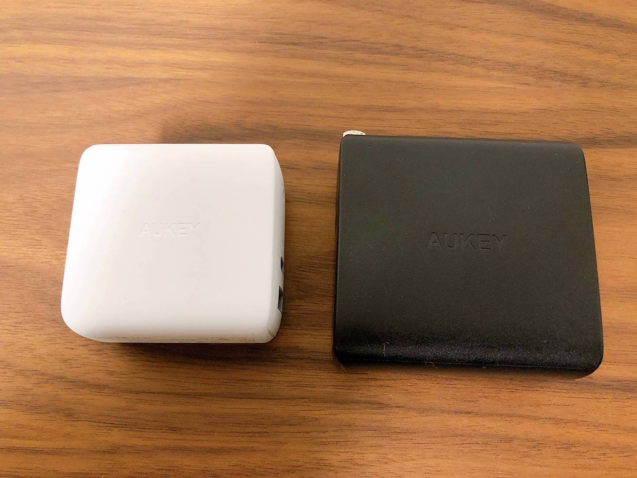 AukeyのUSB充電器「65W PA-B3」(白色)と「45W PA-Y10」(黒色)を横向きにして比較した写真です。