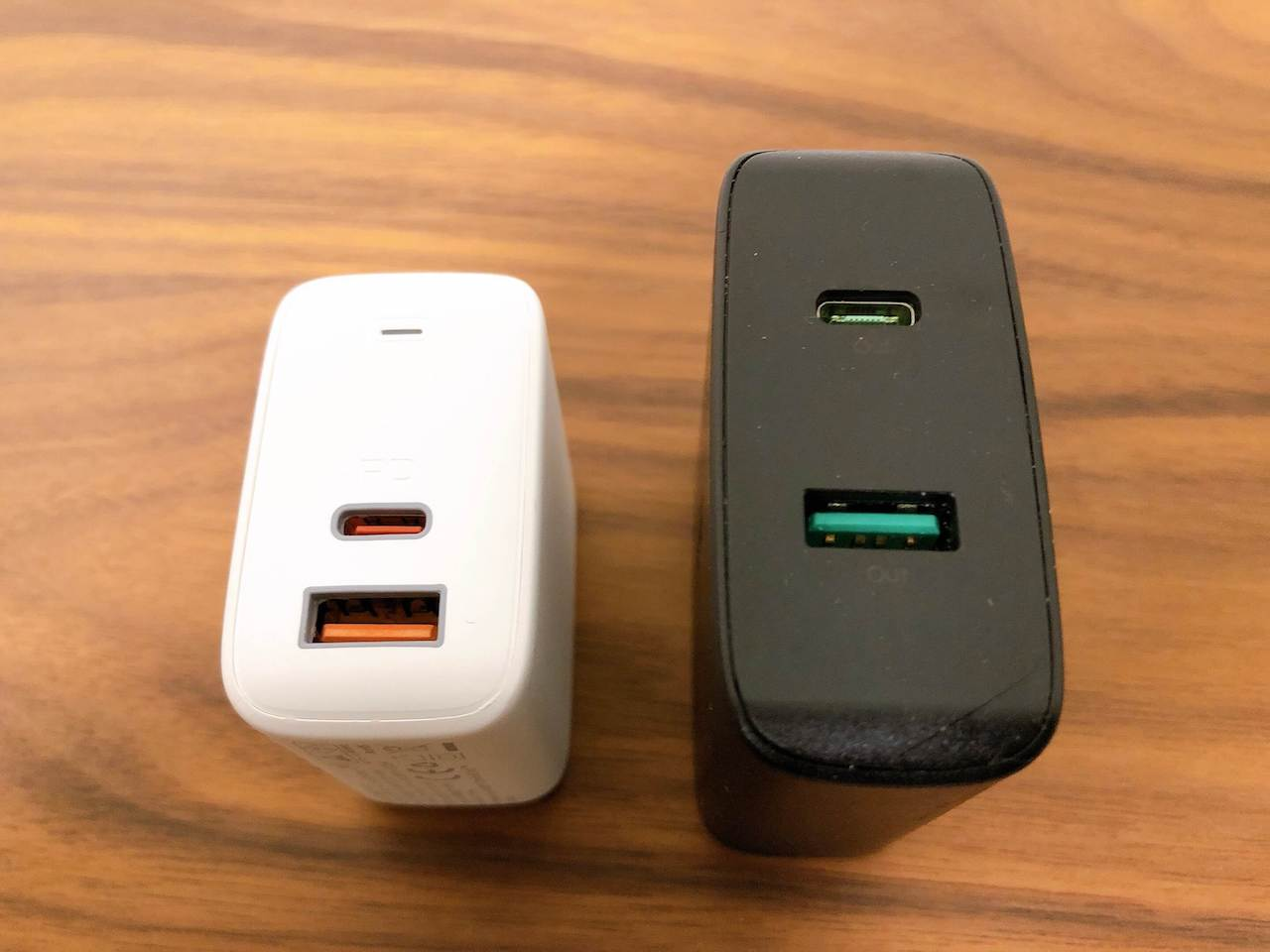 AukeyのUSB充電器「65W PA-B3」(白色)と「45W PA-Y10」(黒色)のUSBポート側を比較した写真です。