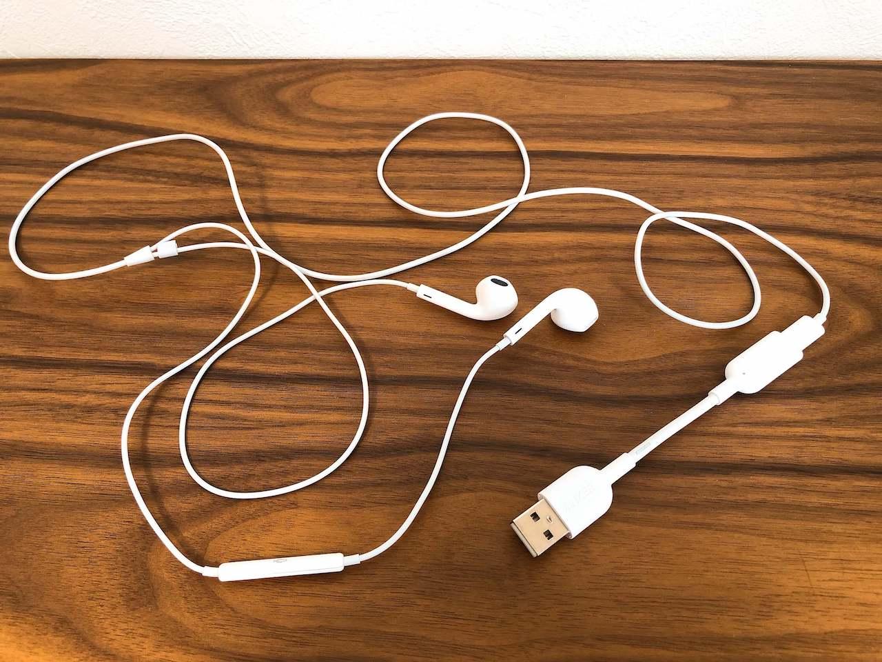 Anker(アンカー)の「USB to Lightning オーディオアダプター」にiPhone用のイヤホン「Ear Pods」を接続した写真です。